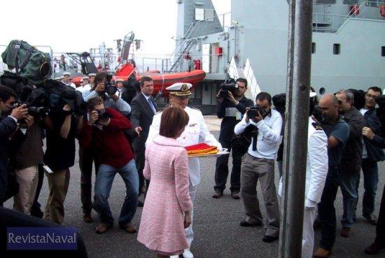 La ministra Elena Espinosa hace entrega de la bandera del buque a su comandante (Foto: MAPA)