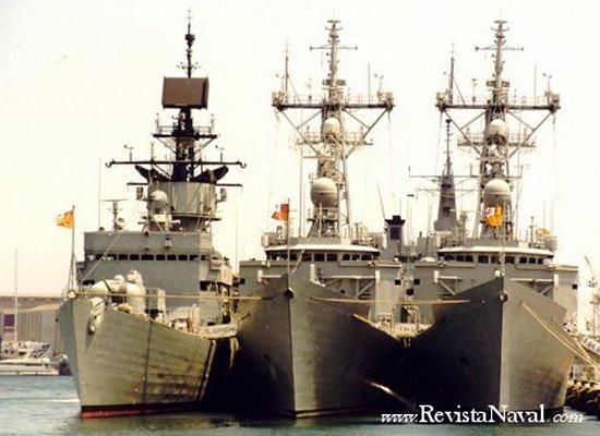 Una fragata de la clase Baleares abarloada a dos buques de la clase Santa María en el puerto de Barcelona