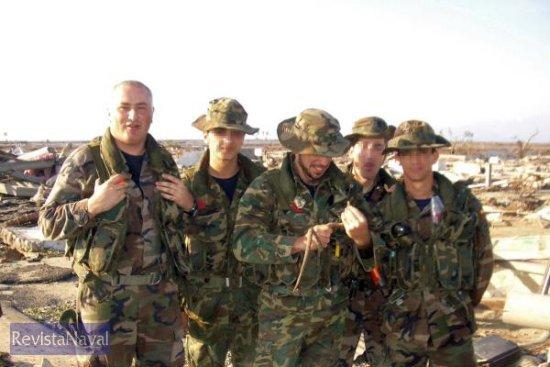 El sargento primero Picallo (a la izquierda en la imagen, junto a sus compañeros durante la operación «Respuesta Solidaria») atesoraba 19 años de servicio en la Armada (Foto: Ministerio de Defensa)