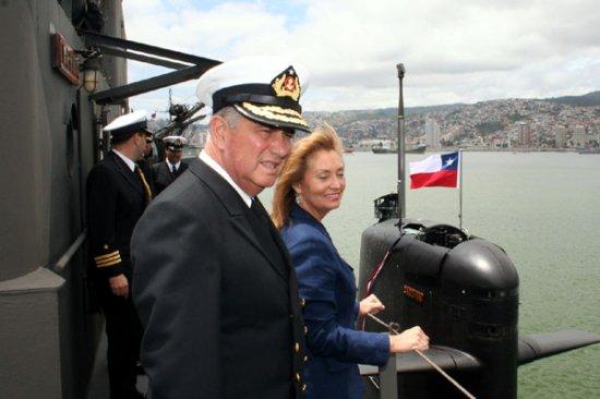 La ministra Blanlot y el almirante Codina reciben al submarino «Carrera» en Valparaíso (Foto: Ministerio de Defensa Nacional de Chile)