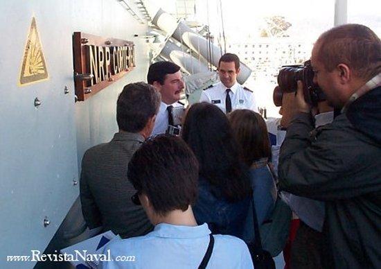 Comodoro Fernando José Ribeiro de Melo Gomes atendiendo a la prensa