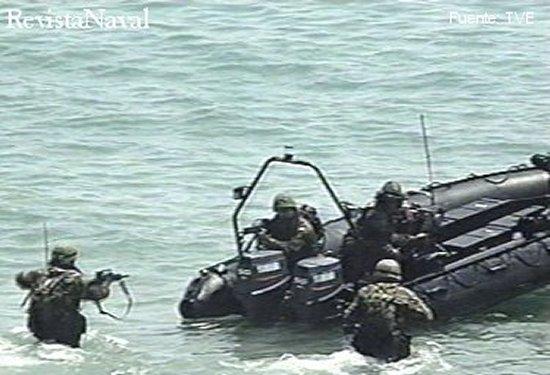 Infantes de Marina reembarcando en una lancha rápida SuperCat durante la demostración del día de las Fuerzas Armadas 2001 (Fuente: TVE).