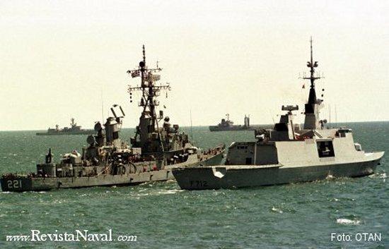 Las fragatas francesas de la clase Lafayette se convirtieron en el referente de la tecnología Stealth. En la imagen se aprecia la limpieza de líneas en comparación con los modelos precedentes.