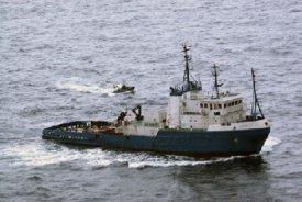 El buque intervenido por Vigilancia Aduanera se dirige hacia las costas gallegas (Foto: Presidencia del Gobierno)
