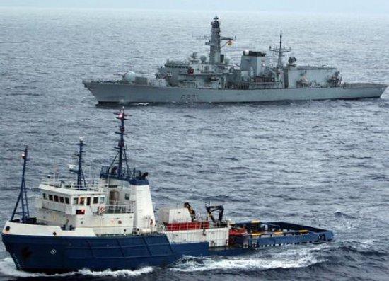 La fragata del tipo 23 «Argyll» escolta al «Orca II» (Foto: Royal Navy