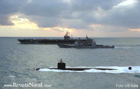 El USS Nimitz (CVN 68) acompañado de dos buques pertenecientes a su grupo de combate (el crucero USS Port Royal y el submarino USS Annapolis)