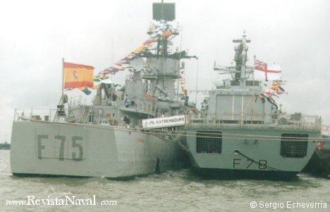 La fragata F-75 Extremadura abarloada a su homóloga británica de la clase Duke