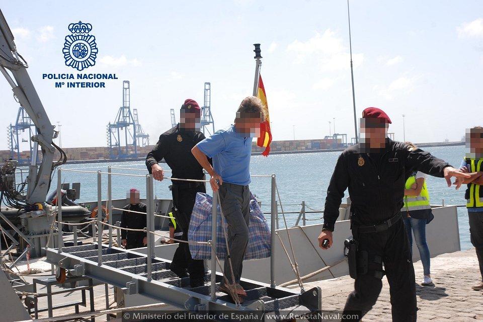 Dos buques de la Armada española colaboran en una operación antidroga en aguas canarias