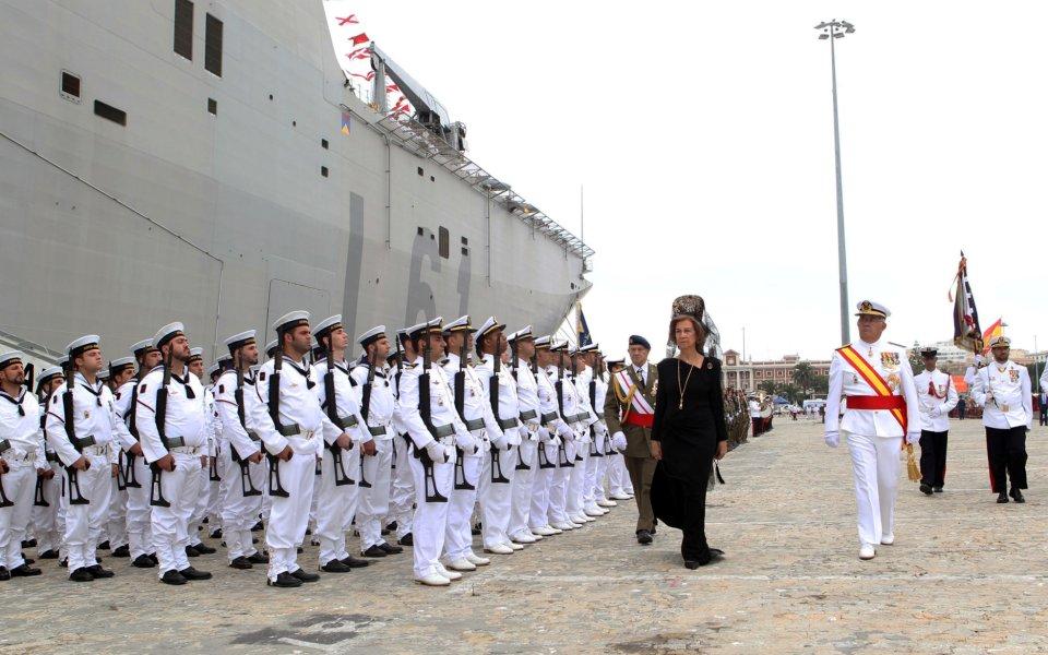 La Reina Sofía entrega en Cádiz la bandera de combate del L-61 «Juan Carlos I»