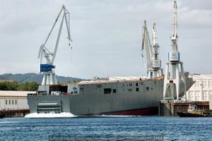 Vista desde popa, con el buque adentrándose en las aguas de la ría ferrolana (Foto: David López Gutiérrez / Revista Naval)