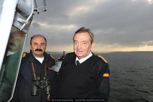 El último comandante del buque, capitán de navío Alfredo Rodríguez Fariñas, y el primero, el hoy contralmirante (R) Alfonso León García, minutos antes de iniciar la maniobra de entrada a la ría de Ferrol (Foto: Armada española)