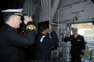 Una vez atracados, el comandante del buque recibe a bordo al almirante del Arsenal de Ferrol (Foto: Armada española)