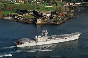El portaviones R-11 «Príncipe de Asturias» inmortalizado frente a la fortaleza de San Felipe en la ría de Ferrol (Foto: Fernando Rivera/Revista Naval)