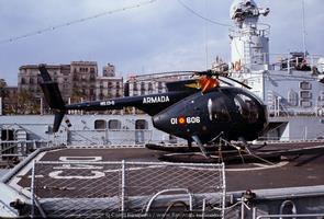 Hughes 500 sobre la cubierta de vuelo del destructor «Marqués de la Ensenada» D-43 (Foto: Camil Busquets i Vilanova/Revista Naval)