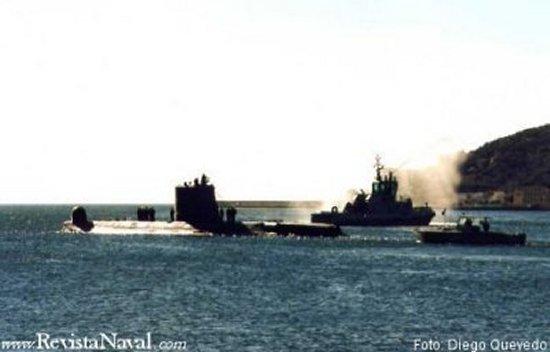 El S-64 Narval abandona el muelle comercial para iniciar el tránsito hacia la base de submarinos flanqueado por varias unidades del tren naval que le brindan su postrer escolta