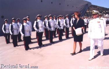 La ministra de Defensa de Suecia pasa revista, acompañada por el AJEMA, almirante general Torrente Sánchez,  a las tropas formadas en su honor (foto: Diego Quevedo Carmona).