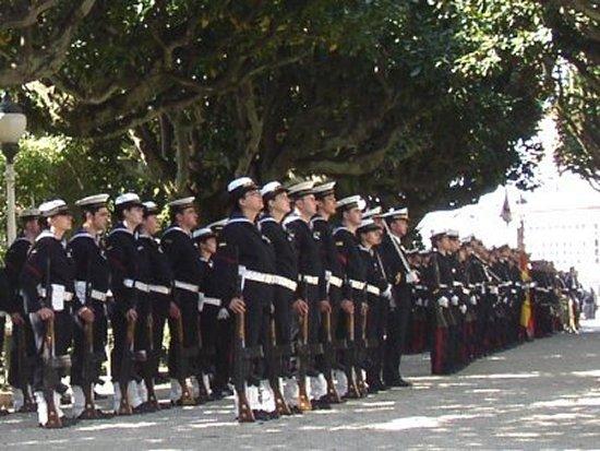 La Fuerza formando en los Jardines de Herrera, ante el edificio de Capitanía en Ferrol, durante el acto de despedida de su último almirante después de 273 años (Foto: Dolores Martínez).