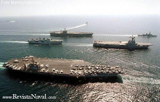 Dos portaaviones norteamericanos flanquean al solitario Charles de Gaulle, seguido del LPH británico HMS Ocean durante la operación Libertad Duradera