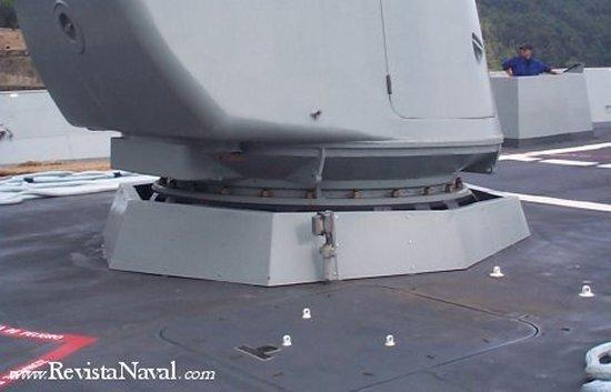 No hay que descuidar ningún detalle: la base del montaje del cañon de 127 mm de la F-101 no es una excepción.