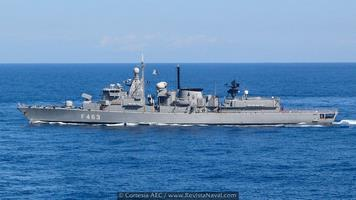 Del actual megayate Yas apenas es perceptible su pasado como buque de guerra. En la imagen, la fragata F463 Laskarina Bubulina (Bouboulina en su transliteración inglesa), uno de los 8 buques de la clase Elli griega recibidos de Holanda, y el primero en ser dado de baja del servicio activo
