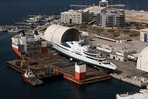 El Mighty Servant preparado para recibir al megayate Yas para su puesta a flote en 2011 (Foto: TTS International)
