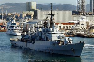 La fragata italiana F574 Aliseo, de la clase Maestrale, saliendo de Barcelona. En la imagen, al fondo, el megayate Yas (Foto: Javier Sánchez García/Revista Naval)