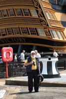 Camil ante el Victory de Nelson, en Portsmouth, durante la revista naval internacional con motivo de la conmemoración bicentenaria de la batalla de Trafalgar, en 2005 (Foto: Javier Sánchez García)