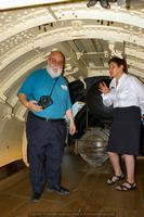 Camil recibe explicaciones de la guía en el interior del Holland 1, primer sumergible británico, en el museo de submarinos de la Royal Navy (Foto: Javier Sánchez García)