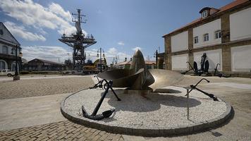 Patio de Armas de las Herrerías de la Armada, en primer plano la hélice de la fragata Baleares (Foto: Revista Naval)