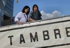 Meritxell y Elisenda, hijas de Camil Busquets, embarcando a bordo del cazaminas Tambre