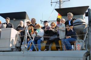 Asistentes al acto a bordo del cazaminas Tambre