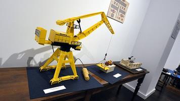 Área dedicada a la construcción naval: modelo de dique seco elaborado con piezas de Exin Catillos, un camión Barreiros transportando un motor y una grúa de astillero