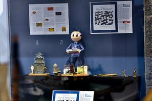 El autor, Alejandro Anca, en la exposición recreado en goma eva rodeado de sus libros